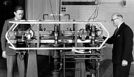atomic-clock-on-table